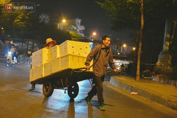 Người lao động chật vật mưu sinh trong đêm Hà Nội rét đỉnh điểm: Lao công đốt lửa dọn rác, người bán hoa nửa đêm chưa có ai mở hàng - Ảnh 4.
