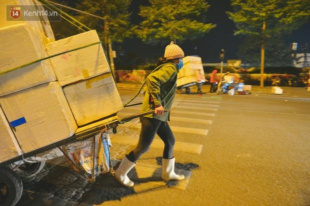 Người lao động chật vật mưu sinh trong đêm Hà Nội rét đỉnh điểm: Lao công đốt lửa dọn rác, người bán hoa nửa đêm chưa có ai mở hàng - Ảnh 6.