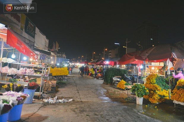 Người lao động chật vật mưu sinh trong đêm Hà Nội rét đỉnh điểm: Lao công đốt lửa dọn rác, người bán hoa nửa đêm chưa có ai mở hàng - Ảnh 9.
