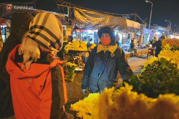 Người lao động chật vật mưu sinh trong đêm Hà Nội rét đỉnh điểm: Lao công đốt lửa dọn rác, người bán hoa nửa đêm chưa có ai mở hàng - Ảnh 11.