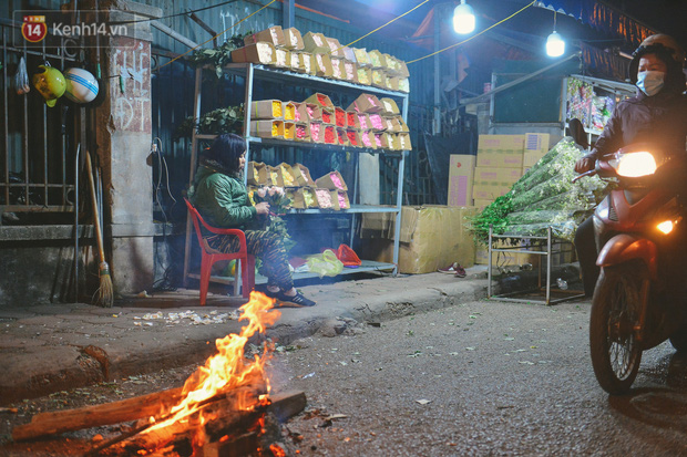 Người lao động chật vật mưu sinh trong đêm Hà Nội rét đỉnh điểm: Lao công đốt lửa dọn rác, người bán hoa nửa đêm chưa có ai mở hàng - Ảnh 12.