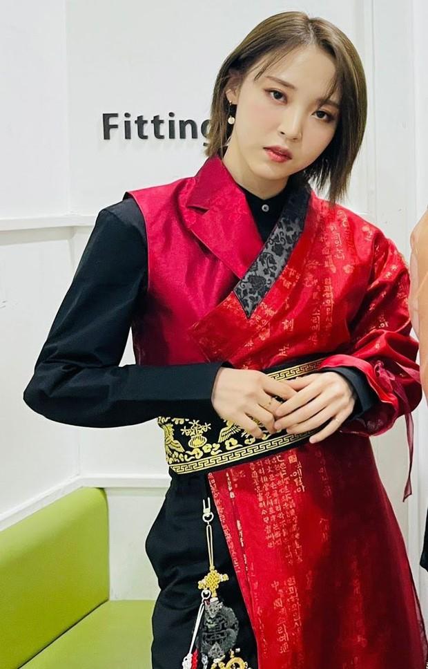 2 màn sốc visual nhất KBS Gayo Daechukje 2020: 4 em út xinh hết phần thiên hạ, nhưng chưa bằng soái tỷ diện Hanbok của vua - Ảnh 8.
