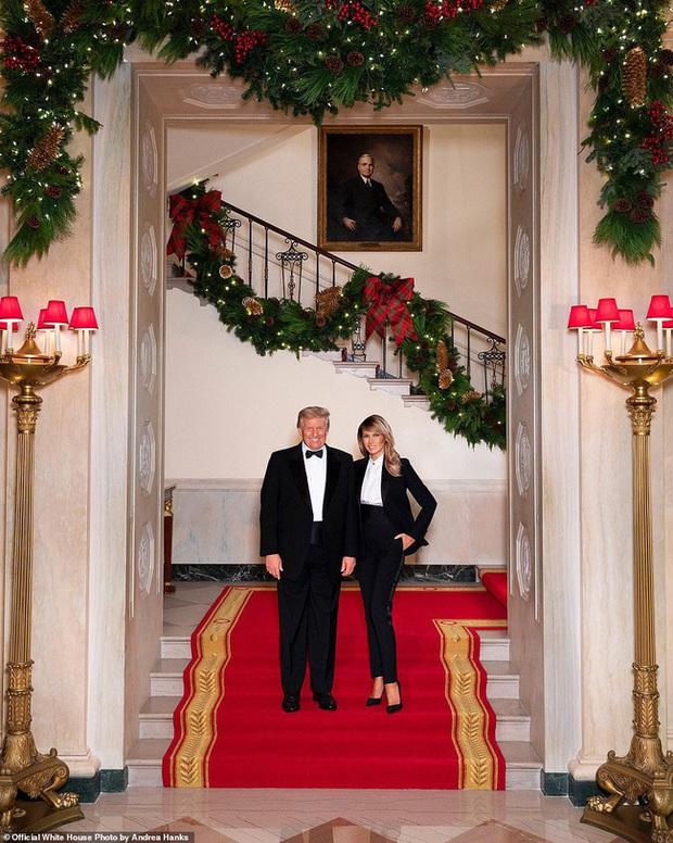 Vợ chồng Tổng thống Trump rạng rỡ trong ảnh Giáng sinh chính thức, dân mạng tinh mắt nhận ra một chi tiết gây khó hiểu - Ảnh 1.
