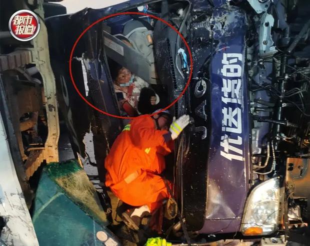 Tai nạn giao thông thảm khốc xảy ra, vợ chảy máu chịu đau ôm chồng suốt 20 phút đợi giải cứu, hình ảnh được chia sẻ khiến ai cũng cảm động - Ảnh 1.