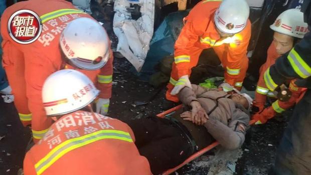 Tai nạn giao thông thảm khốc xảy ra, vợ chảy máu chịu đau ôm chồng suốt 20 phút đợi giải cứu, hình ảnh được chia sẻ khiến ai cũng cảm động - Ảnh 2.