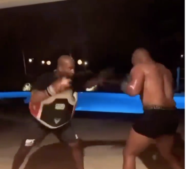 Ít lâu sau ngày tái xuất, Mike Tyson đã bắt tay vào tập luyện trở lại, gây ấn tượng với bộ kỹ năng không phải dạng vừa - Ảnh 2.