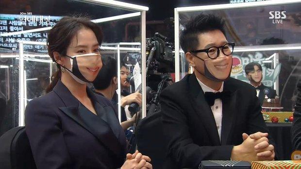Khoảnh khắc đáng yêu: Song Ji Hyo chữa cháy kịp thời giúp Kim Jong Kook thoát khỏi sự cố về khẩu trang - Ảnh 2.
