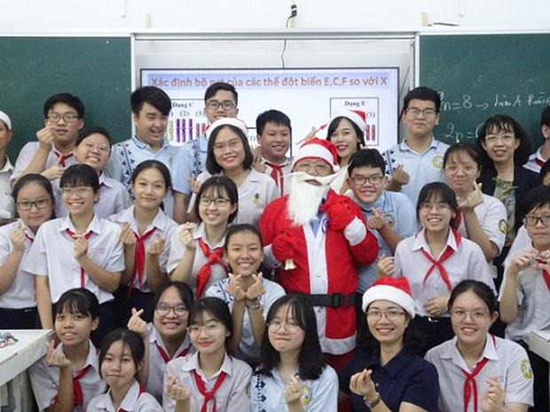 Thầy giáo nhà người ta: Hóa trang thành ông già Noel, phát quà là iPhone 12 không hề giả trân - Ảnh 1.