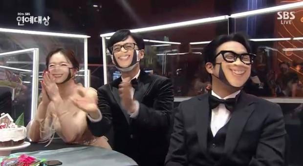 Khoảnh khắc đáng yêu: Song Ji Hyo chữa cháy kịp thời giúp Kim Jong Kook thoát khỏi sự cố về khẩu trang - Ảnh 3.