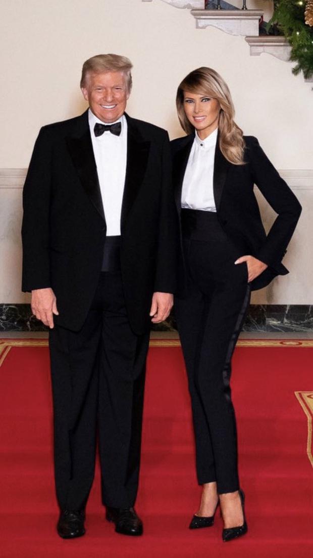 Vợ chồng Tổng thống Trump rạng rỡ trong ảnh Giáng sinh chính thức, dân mạng tinh mắt nhận ra một chi tiết gây khó hiểu - Ảnh 4.