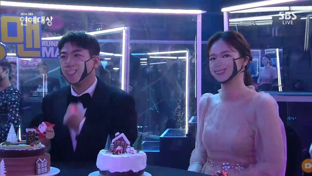 Khoảnh khắc đáng yêu: Song Ji Hyo chữa cháy kịp thời giúp Kim Jong Kook thoát khỏi sự cố về khẩu trang - Ảnh 4.
