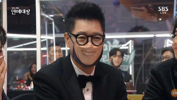 Khoảnh khắc đáng yêu: Song Ji Hyo chữa cháy kịp thời giúp Kim Jong Kook thoát khỏi sự cố về khẩu trang - Ảnh 5.