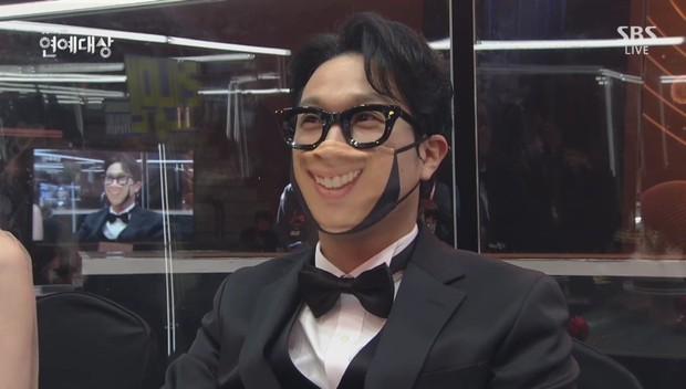 Khoảnh khắc đáng yêu: Song Ji Hyo chữa cháy kịp thời giúp Kim Jong Kook thoát khỏi sự cố về khẩu trang - Ảnh 6.
