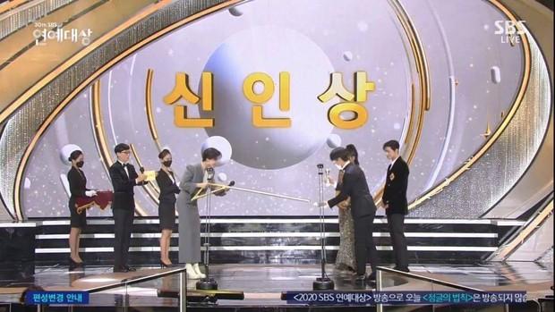 Khoảnh khắc đáng yêu: Song Ji Hyo chữa cháy kịp thời giúp Kim Jong Kook thoát khỏi sự cố về khẩu trang - Ảnh 7.
