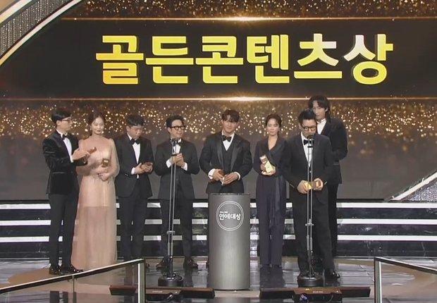 Khoảnh khắc đáng yêu: Song Ji Hyo chữa cháy kịp thời giúp Kim Jong Kook thoát khỏi sự cố về khẩu trang - Ảnh 8.