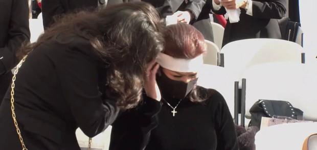 Bà xã Chí Tài ôm chặt di ảnh chồng trong tang lễ tại Mỹ, xót xa khi nhìn vào đôi mắt buồn chất chứa nỗi đau vô tận - Ảnh 5.