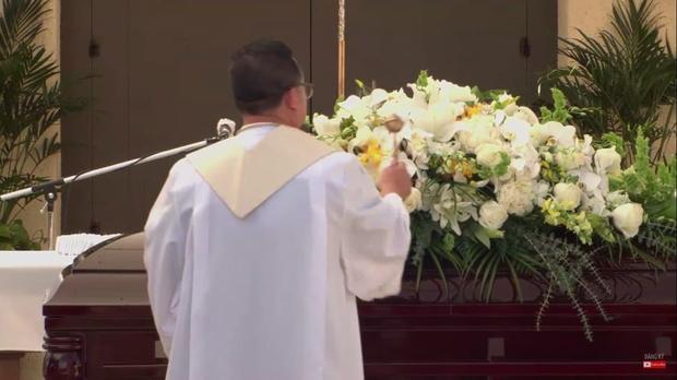 Lễ viếng NS Chí Tài tại Mỹ: Ca sĩ Phương Loan lặng lẽ bên chồng, kỷ vật được đặt vào tay linh cữu, Bằng Kiều và dàn sao đến tiễn đưa - Ảnh 31.