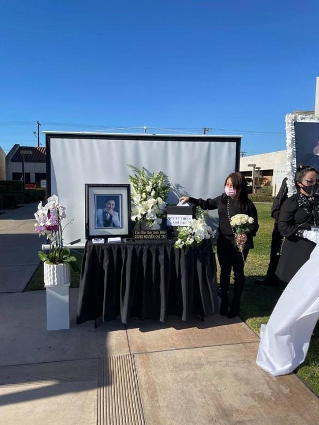 Hoàng Anh và vợ cũ cùng có mặt tại tang lễ cố NS Chí Tài tại Mỹ sau lùm xùm kiện cáo, công khai kề cận người tình tin đồn - Ảnh 2.