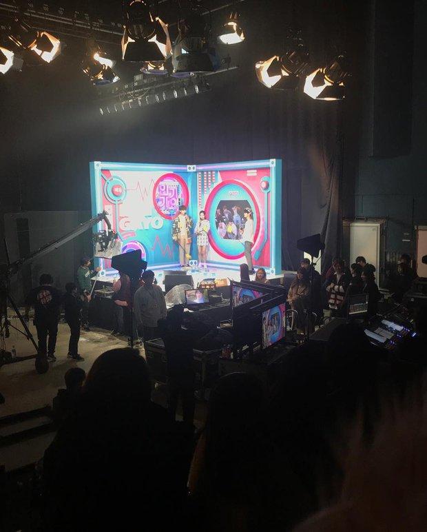 Vnet bàng hoàng trước hậu trường siêu giả trân của Inkigayo, tranh thủ cà khịa: Mấy nhóm đông dân chắc ngồi lên đầu nhau quá! - Ảnh 4.
