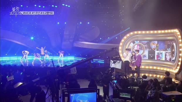 Vnet bàng hoàng trước hậu trường siêu giả trân của Inkigayo, tranh thủ cà khịa: Mấy nhóm đông dân chắc ngồi lên đầu nhau quá! - Ảnh 9.
