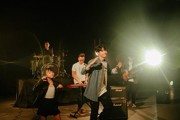 Ca sĩ Hoàng Bách ra mắt MV do con gái 8 tuổi sáng tác: Không muốn con mình trở thành một sao nhí hay hiện tượng mạng - Ảnh 12.