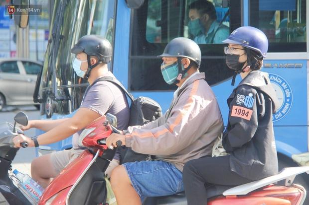 Ảnh: Người Sài Gòn đeo khẩu trang kín mít khi ra đường, chủ động phòng dịch Covid-19 khi xuất hiện các ca nhiễm mới - Ảnh 5.