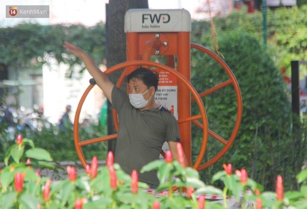 Ảnh: Người Sài Gòn đeo khẩu trang kín mít khi ra đường, chủ động phòng dịch Covid-19 khi xuất hiện các ca nhiễm mới - Ảnh 9.