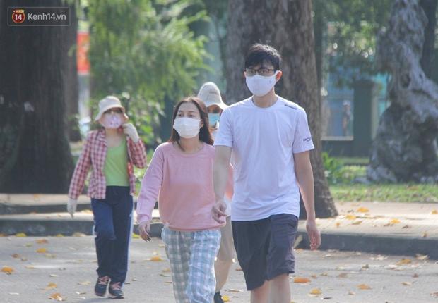 Ảnh: Người Sài Gòn đeo khẩu trang kín mít khi ra đường, chủ động phòng dịch Covid-19 khi xuất hiện các ca nhiễm mới - Ảnh 10.