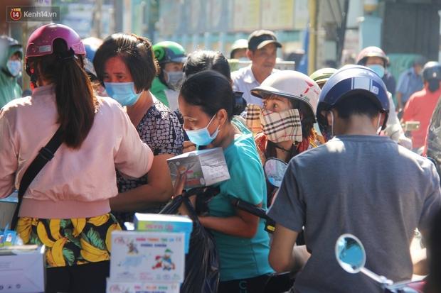 Chùm ảnh: Người Sài Gòn tranh thủ đi mua khẩu trang y tế phòng dịch Covid-19, giá bán vẫn bình ổn - Ảnh 4.