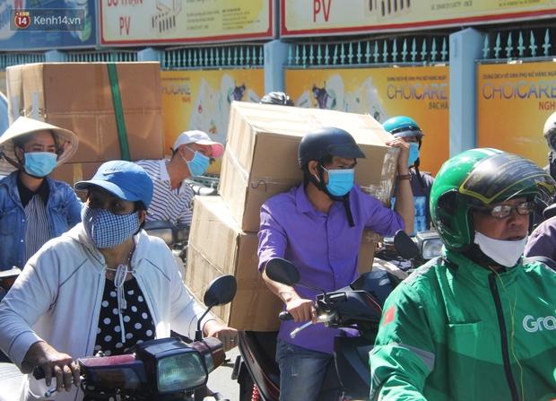 Chùm ảnh: Người Sài Gòn tranh thủ đi mua khẩu trang y tế phòng dịch Covid-19, giá bán vẫn bình ổn - Ảnh 5.