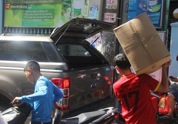 Chùm ảnh: Người Sài Gòn tranh thủ đi mua khẩu trang y tế phòng dịch Covid-19, giá bán vẫn bình ổn - Ảnh 10.