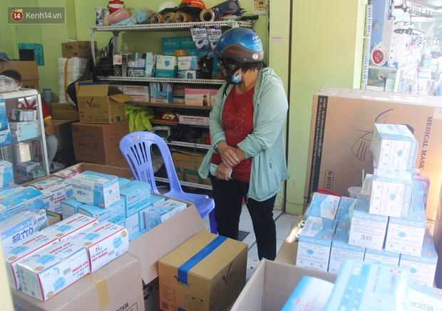 Chùm ảnh: Người Sài Gòn tranh thủ đi mua khẩu trang y tế phòng dịch Covid-19, giá bán vẫn bình ổn - Ảnh 9.