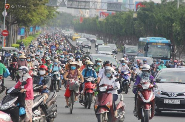 Ảnh: Người Sài Gòn đeo khẩu trang kín mít khi ra đường, chủ động phòng dịch Covid-19 khi xuất hiện các ca nhiễm mới - Ảnh 2.