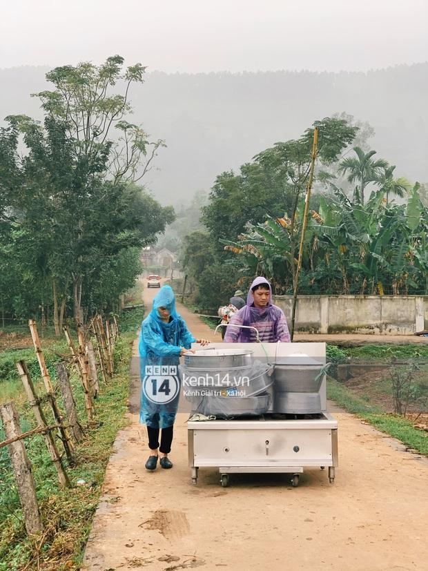 Hé lộ không gian cưới rộng 500m2 của Công Phượng tại Nghệ An: Chú rể đội mũ cối đi kiểm tra, rạp được trang trí lãng mạn giữa sân bóng - Ảnh 11.