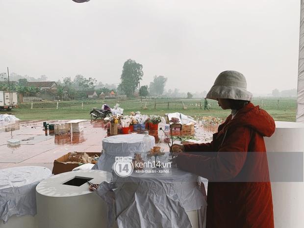 Hé lộ không gian cưới rộng 500m2 của Công Phượng tại Nghệ An: Chú rể đội mũ cối đi kiểm tra, rạp được trang trí lãng mạn giữa sân bóng - Ảnh 9.