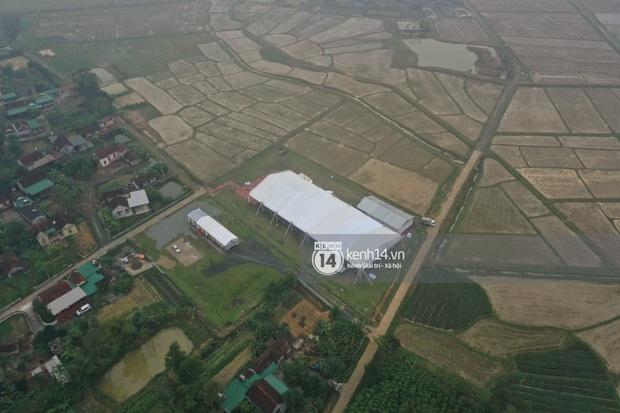Hé lộ không gian cưới rộng 500m2 của Công Phượng tại Nghệ An: Chú rể đội mũ cối đi kiểm tra, rạp được trang trí lãng mạn giữa sân bóng - Ảnh 13.