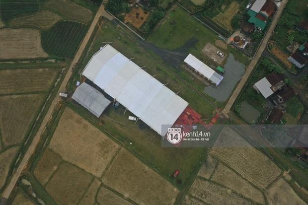 Hé lộ không gian cưới rộng 500m2 của Công Phượng tại Nghệ An: Chú rể đội mũ cối đi kiểm tra, rạp được trang trí lãng mạn giữa sân bóng - Ảnh 12.