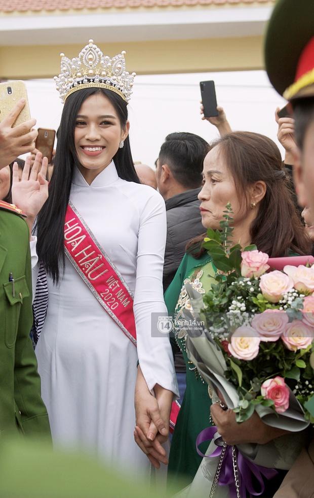2 nàng Hậu chân dài nhất nhì Vbiz Đỗ Thị Hà - Lương Thuỳ Linh chung khung hình, tân Hoa hậu lộ body gầy gò sau 2 tuần - Ảnh 8.