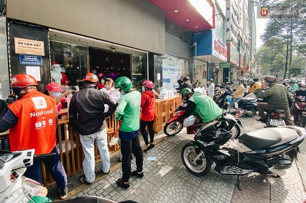 Người Sài Gòn đổ xô đi mua khẩu trang 25.000 đồng/hộp, nhiều công ty mua cả thùng để tặng nhân viên - Ảnh 1.
