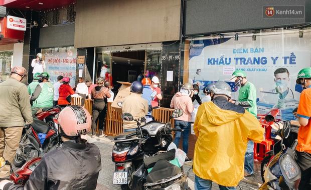 Người Sài Gòn đổ xô đi mua khẩu trang 25.000 đồng/hộp, nhiều công ty mua cả thùng để tặng nhân viên - Ảnh 6.