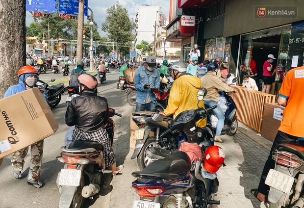 Người Sài Gòn đổ xô đi mua khẩu trang 25.000 đồng/hộp, nhiều công ty mua cả thùng để tặng nhân viên - Ảnh 8.