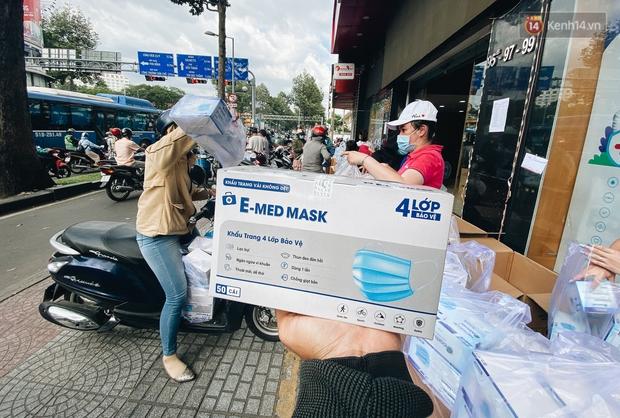 Người Sài Gòn đổ xô đi mua khẩu trang 25.000 đồng/hộp, nhiều công ty mua cả thùng để tặng nhân viên - Ảnh 4.