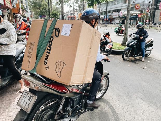 Người Sài Gòn đổ xô đi mua khẩu trang 25.000 đồng/hộp, nhiều công ty mua cả thùng để tặng nhân viên - Ảnh 13.