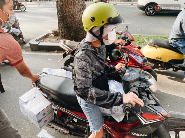 Người Sài Gòn đổ xô đi mua khẩu trang 25.000 đồng/hộp, nhiều công ty mua cả thùng để tặng nhân viên - Ảnh 12.