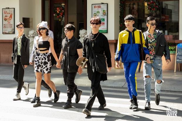 Street style ngày 2 Aquafina Vietnam International Fashion Week 2020: bạn nam diện ngay áo dài trượt skate cực chất, không khí xôm hơn hẳn với nhiều outfit ấn tượng - Ảnh 3.