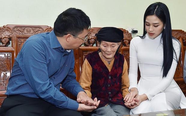 Hoa hậu Đỗ Thị Hà hỏi thăm và trao quà cho những hoàn cảnh khó khăn, cùng bố mẹ cúng bái Tổ tiên tại quê nhà Thanh Hoá - Ảnh 6.