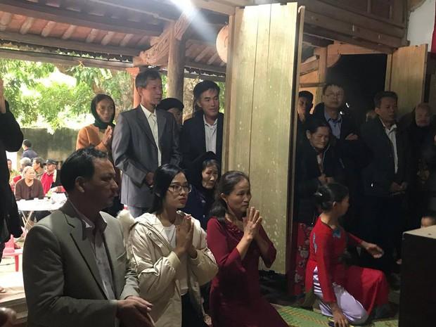 Hoa hậu Đỗ Thị Hà hỏi thăm và trao quà cho những hoàn cảnh khó khăn, cùng bố mẹ cúng bái Tổ tiên tại quê nhà Thanh Hoá - Ảnh 7.