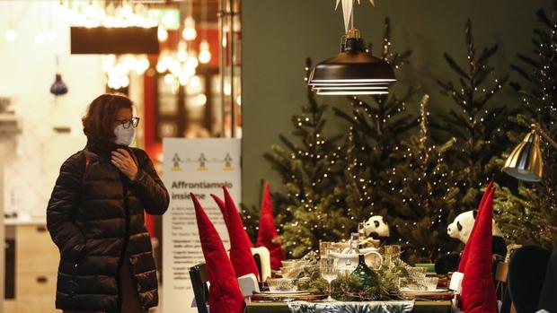 Thế giới đón Giáng sinh theo cách riêng trong mùa Covid-19 - Ảnh 1.