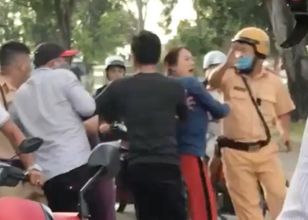 Clip: 2 CSGT bị nhóm người đánh tới tấp ở Sài Gòn - Ảnh 1.