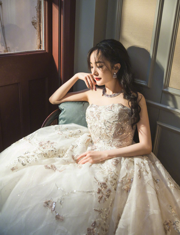 Dàn sao khủng đổ bộ thảm hồng COSMO: Công chúa Dương Mịch so kè nhan sắc bên Đường Yên, học trò Lisa chặt chém ác liệt - Ảnh 3.